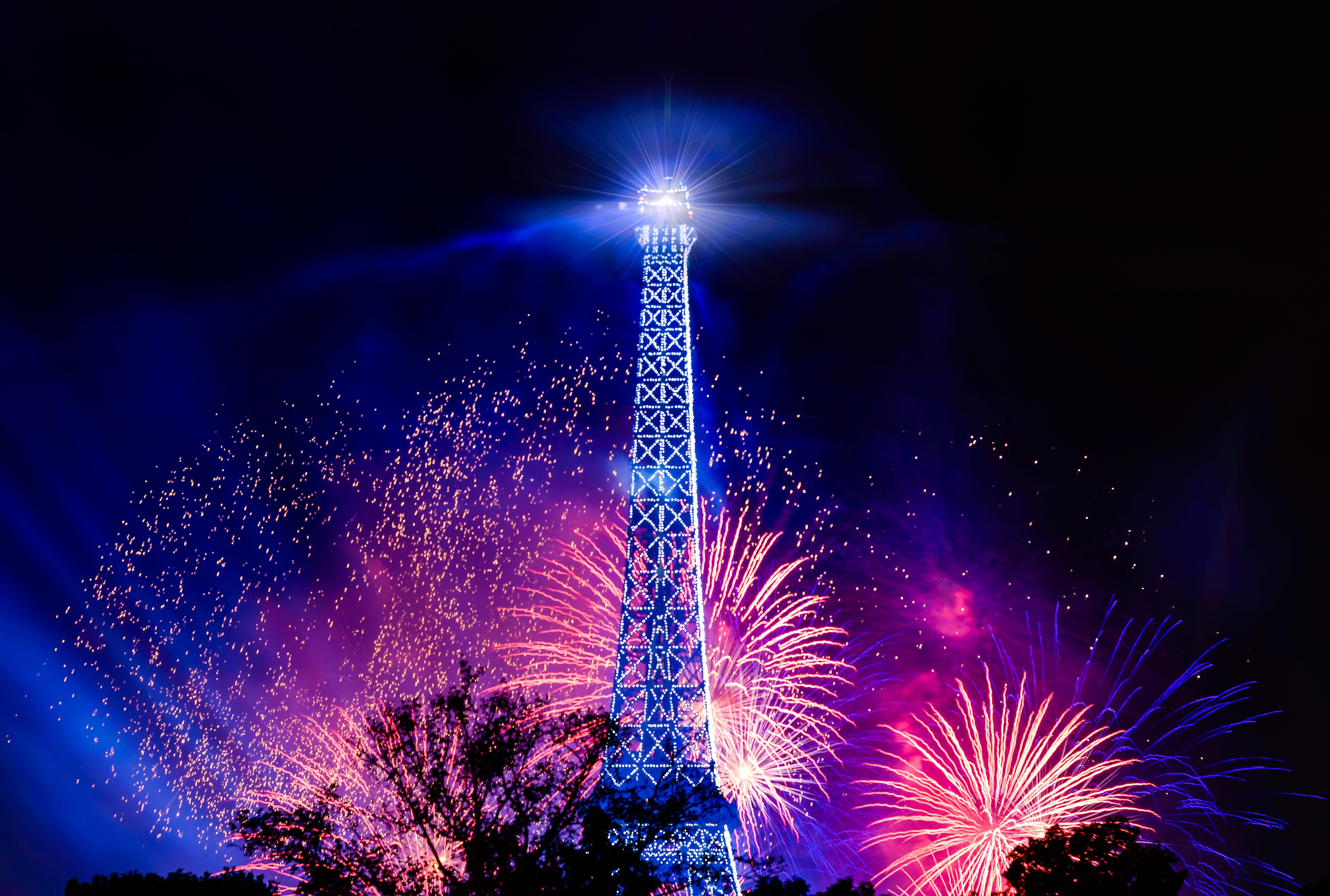 Telecharger Fonds D Ecran Nouvel An Sous La Tour Eiffel Gratuitement