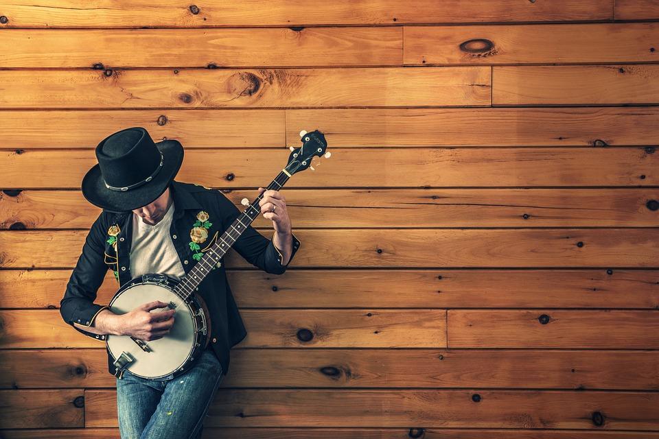 Homme jouant du banjo